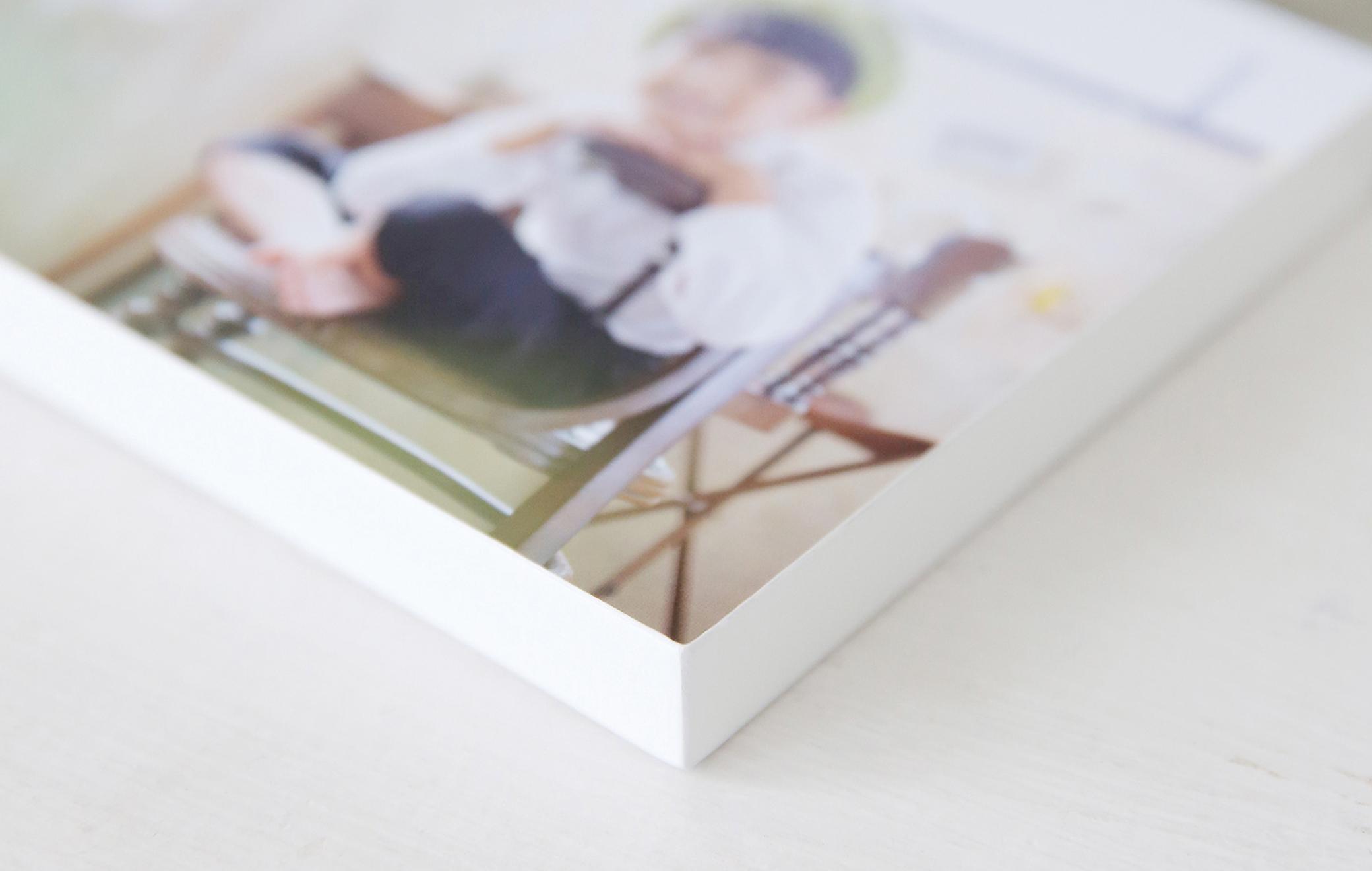 写真が映える真っ白なボードデザイン。