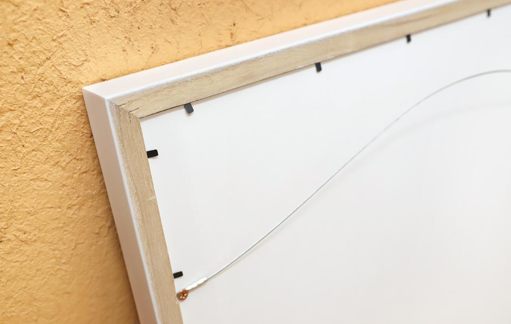 背面はワイヤー付きで壁に飾ることができます。